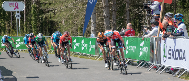 Sprint for the finish of Stage 6.