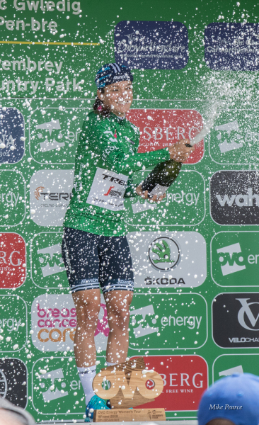 Lizzie Deignan celebrating her win